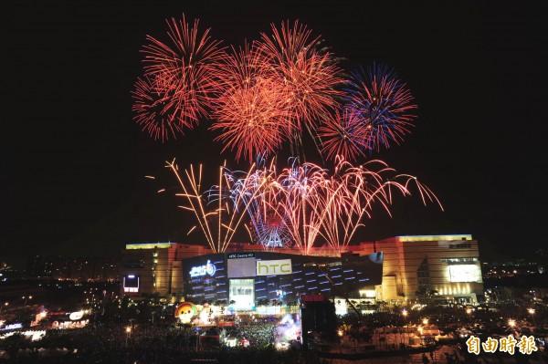 夢時代今年跨年不放煙火,改放5座巨型天燈,圖為去年夢時代煙火。(記者葛祐豪攝)