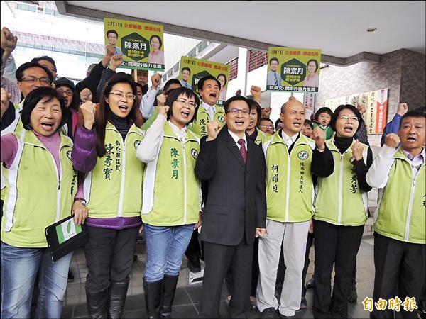 民進黨陳素月昨由縣長魏明谷等人陪同,完成立委補選登記。(記者吳為恭攝)