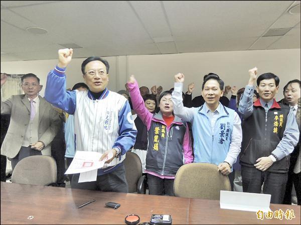 國民黨徵召的卓伯源(左),昨在支持者陪同下,登記參選彰縣立委。(記者吳為恭攝)