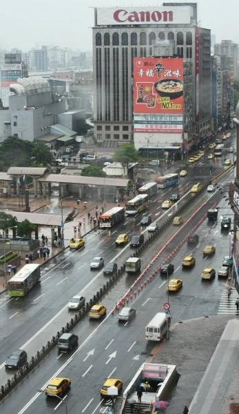 台北市長柯文哲拆除延宕未用8年的台北市忠孝西路公車專用道,忠孝西路今晨隨即通車。(記者劉信德攝)