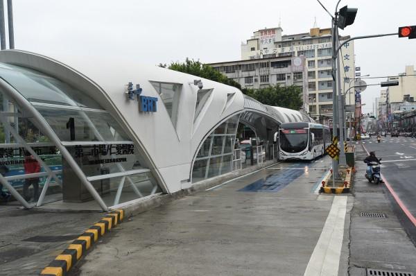 台中市長林佳龍昨率員視察BRT行控中心,致詞時表示「它不只是兒戲,還是一場騙局。」(記者廖耀東攝)