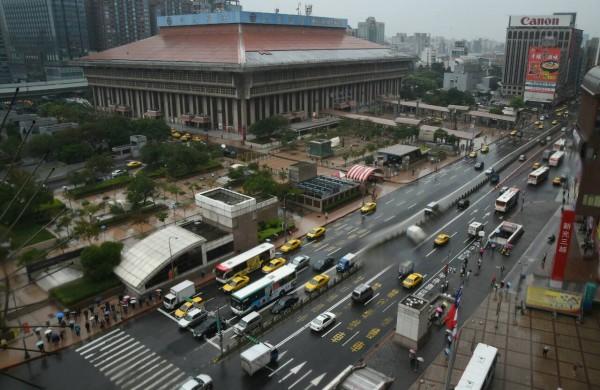 台北市忠孝西路公車專用道拆除作業,因積水問題土壤鬆軟,導致西往東方向一段長35公尺的路段無法如期完成。(記者劉信德攝)