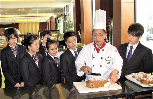 台灣首府大學投資蓮潭國際會館烘焙坊,讓學生可實地學習,了解飯店的運作,成為學校招生亮點之一。(台首大提供)