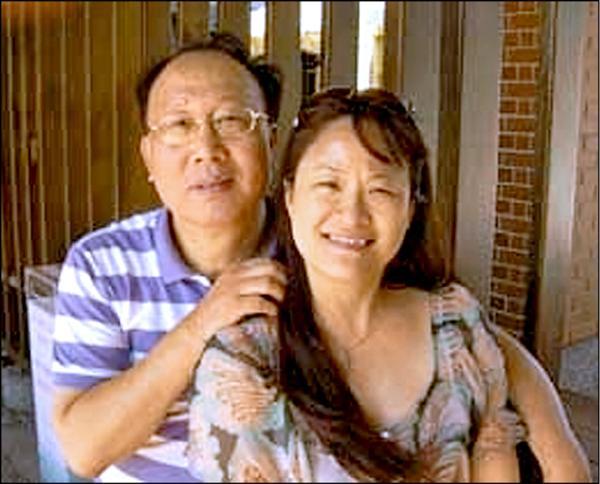 桃園市希伯崙全人關懷協會創辦人陳公亮與理事長吳秀玲夫妻。(記者余瑞仁翻攝)