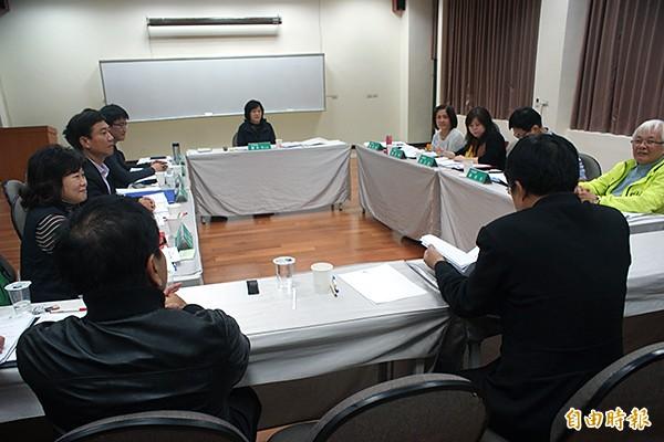 民進黨台南市黨部主委顏純左(右一)昨就台南市正副議長選舉跑票違紀案,向中評會報告相關調查過程。(記者黃佳琳攝)