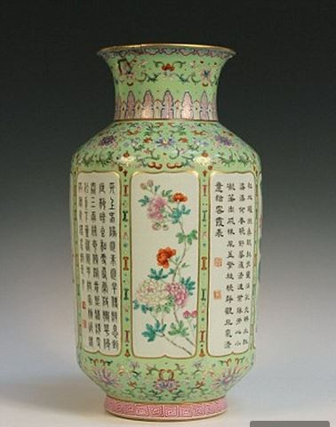 英國一對不識貨夫婦,將家裡平時插假花的花瓶拍賣,沒想到這個花瓶竟是乾隆年間皇宮的骨董(圖擷取自每日郵報)