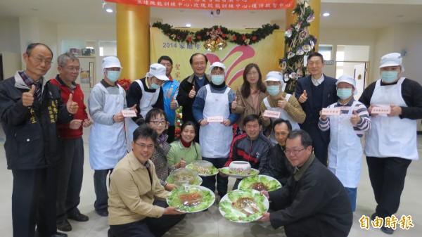 天主教台中教區為轄下的8個身障機構募款,送年菜給弱勢家庭。(記者蘇金鳳攝)