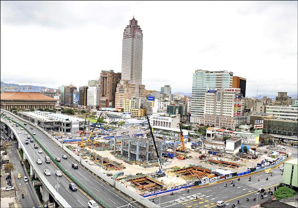 對於遲未動工的台北雙子星大樓,林欽榮認為應納入台北車站特定專用區(E1、E2),考量「四子星」整體開發規劃。他說,桃園機場捷運明年底通車,這將是台北翻轉唯一機會。(資料照)