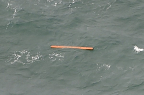 法新社記者則稱,他在海中看到的雜物,類似是救生筏、救生衣和橙色的長型管子。(法新社)