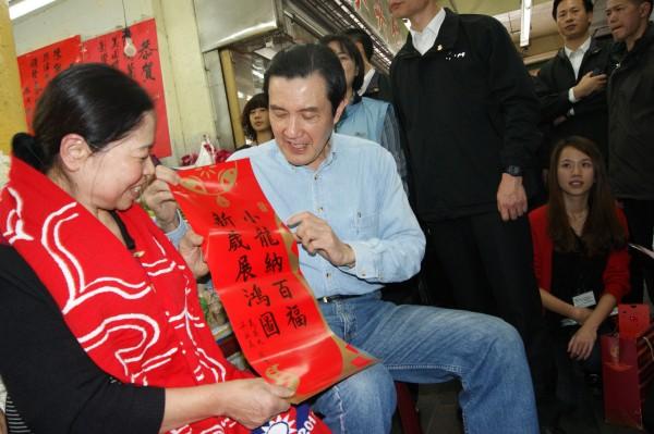 總統馬英九(坐者右)將和陳樹菊(左)一同前往台東救星教養院,與院童圍爐跨年。(資料照,記者黃明堂攝)