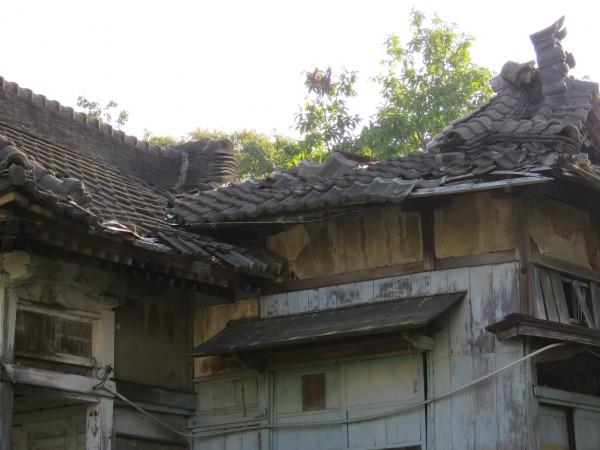 通霄神社社務所毀損狀況再引關注。(記者蔡政岷攝)
