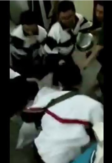 一名網友上傳國軍圍毆士兵的短片,網友得知怒不可遏。(照片擷取自YouTube)