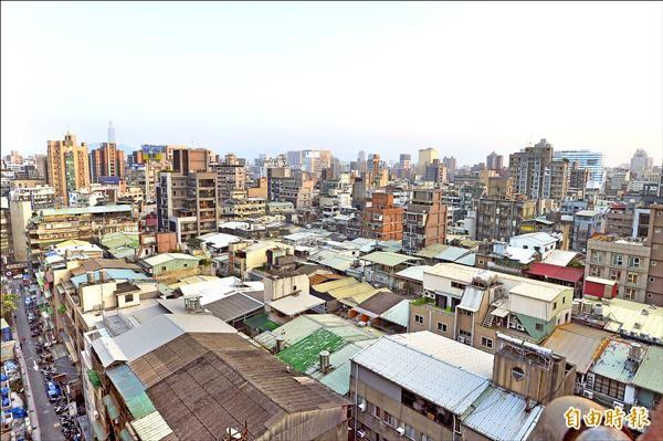 台北市長柯文哲昨宣布,已遭檢舉的226處隔間達3戶以上的頂樓加蓋違建,明年3月20日前需自行拆除,圖為林森北路段附近一帶有許多頂樓加蓋鐵皮屋。(記者王藝菘攝)