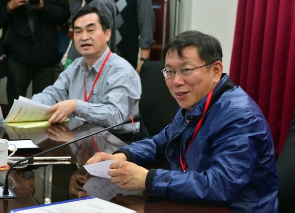 台北市長柯文哲(右)今日視察消防局救災救護指揮中心,晚間他於臉書發文,指出有些需要改善的部分,希望消防局能夠「繼續努力」。(記者王藝菘攝)