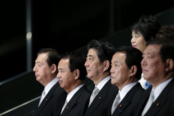 日本首相安倍晉三(中)在新年當天也發表談話,希望2015年成為奠定日本未來方向的「堅定改革之年」。(路透)