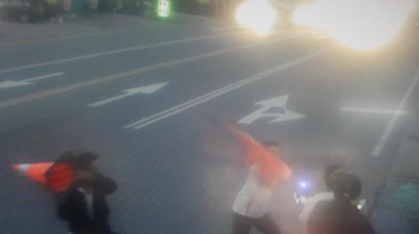 囂張強盜犯先電機車騎士,還企圖攻擊警察。(記者陳彥廷翻攝)