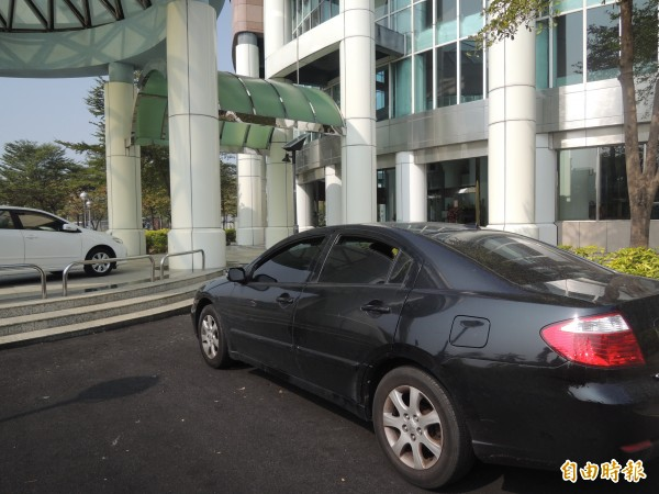南市四分局派人看守議會前後門,圖為警方偵防車。(記者蔡文居攝)