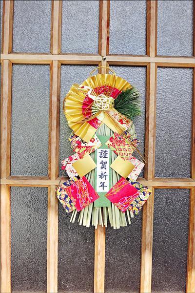 日本前水利技師「八田與一」兄長八田智證的外孫女慶塚靖子,越洋寄日本新年應節的年飾到嘉南農田水利會。(圖由嘉南水利會提供)
