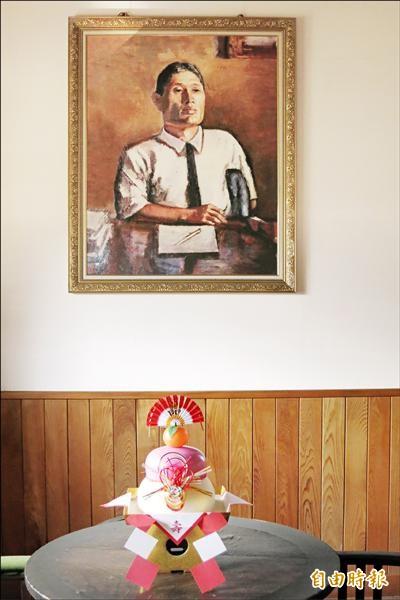嘉南農田水利會把日本鏡餅(圖下方)放在烏山頭水庫區的八田紀念園區八田宅內,以資紀念與祈福。(記者王俊忠攝)