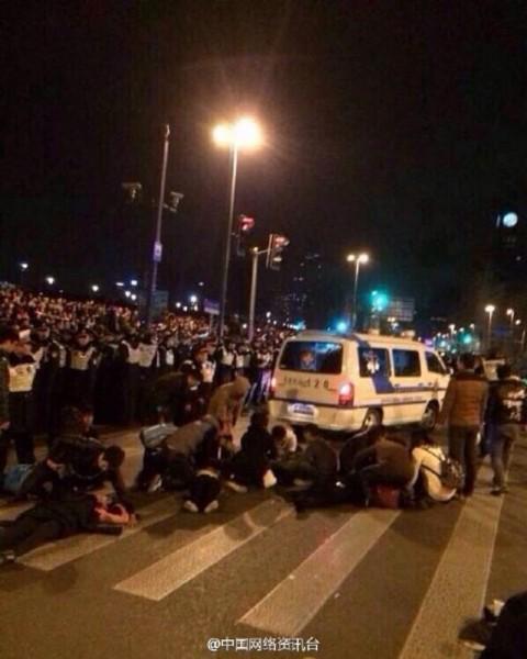 中國上海外灘陳毅廣場因為跨年人潮眾多,發生群眾擁擠踩踏事故,有35名民眾死亡。(圖擷取自微博)