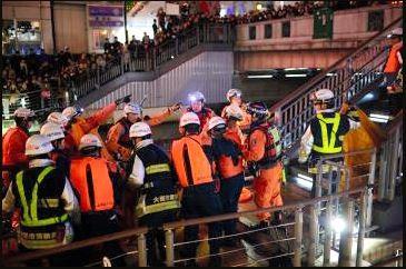 警消人員將跳河少年救起,但救起來當時少年已經沒有心跳,急救30分鐘後依然回天乏術。(圖片擷取自朝日新聞)