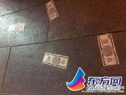 上海採踏事件當事人指出,當晚有人從高處拋灑假鈔,引起群眾爭搶,進而釀發事故。(圖擷取自微博)