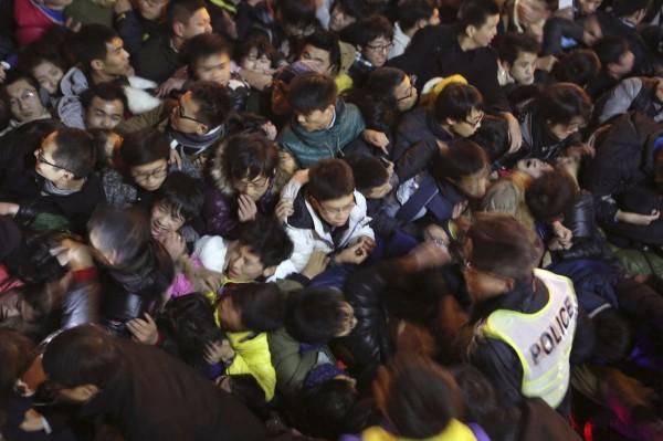 中國上海外灘陳毅廣場跨年夜發生踩踏事件,造成36人死亡,海基會證實其中一名死者為台灣籍女子。圖為現場推擠畫面。(路透)
