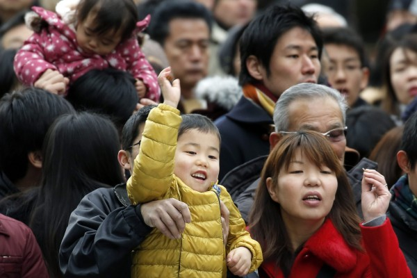 日本當局調查指出,2014年全年日本新生兒僅100.1萬人,連續4年創下歷史新低,不利改善社會結構老化問題。(歐新社)