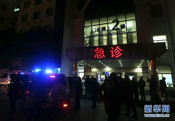 中國上海外灘陳毅廣場跨年夜發生嚴重踩踏事故,共造成48人送醫,其中有14人傷勢較為嚴重,32人輕傷,重傷者中有5人性命垂危,目前仍處於昏迷狀態,醫院正全力搶救中。(圖擷取自新華網)