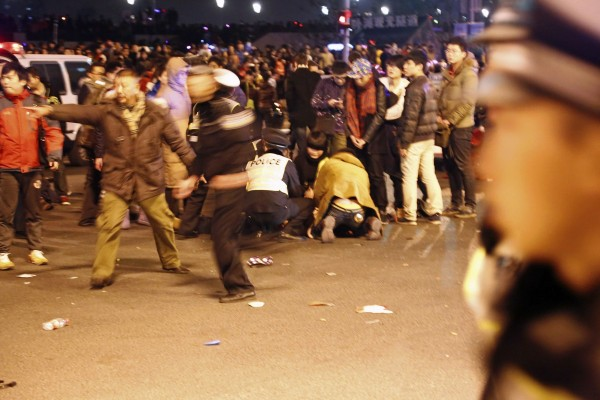 上海外癱陳毅廣場因為跨年人潮眾多,發生嚴重踩踏事故,已知有35名民眾死亡,42人受傷。(路透)