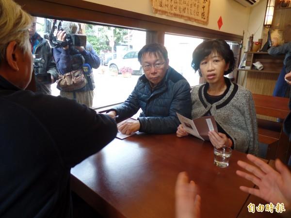 柯文哲夫婦在紀州庵聽取文化局科長講解空間運作。(記者郭安家攝)