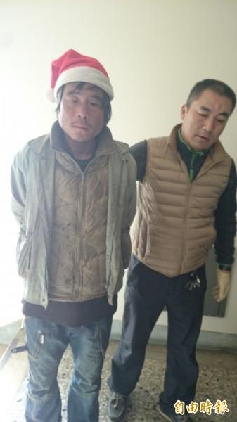警方將頭戴耶誕帽的劉男移送檢方偵辦。(記者蔡彰盛攝)
