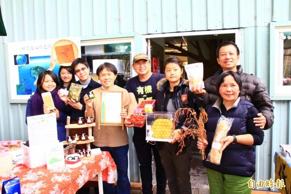 南投縣埔里鎮桃米生態村「綠動奇蹟」營運中心成立綠市集,讓埔里友善耕作的小農產品也有展售的舞台。(記者佟振國攝)