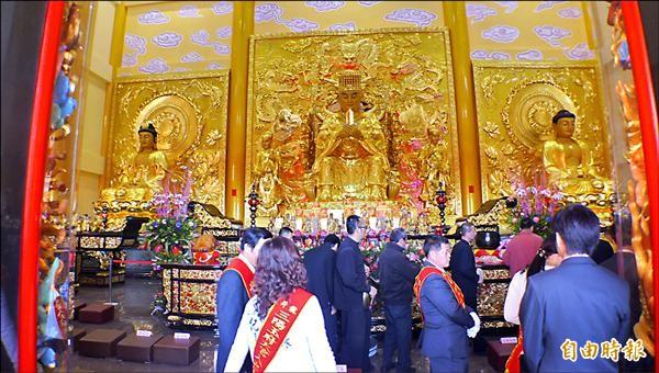 三陽玉府天宮新廟奉祀號稱全國最大的玉皇大帝銅雕聖像。(記者俞泊霖攝)