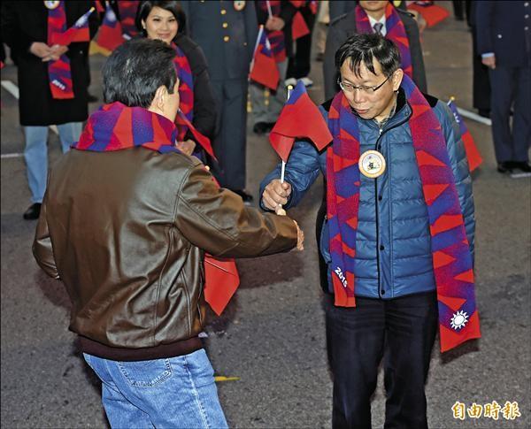 馬英九總統(左)昨和台北市長柯文哲(右)在總統府前元旦升旗典禮,首度同台並握手。柯事後一席「死亡之握跟回春之手到底誰比較厲害」的談話,引發網友熱議。(記者羅沛德攝)