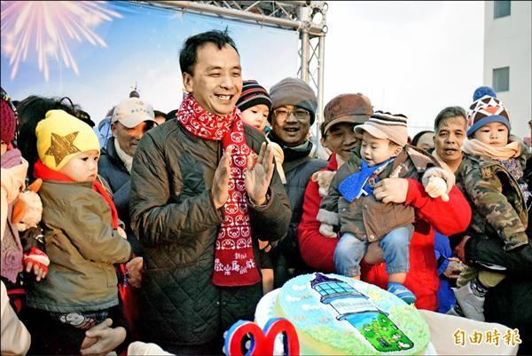 新北市長朱立倫昨天清晨至台灣極東點三貂角燈塔,和民眾一起迎曙光,並為元旦寶寶慶生。(記者陳韋宗攝)