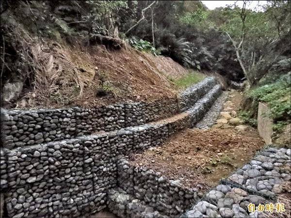 海大龍崗步道旁的野溪整治生態工程去年大雨後即停擺至今,將等待林務局預算下來後,繼續後續工程。(記者俞肇福攝)