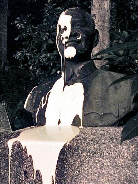 林于倫、張之豪等人,去年8月18日先「預演」,以水泥漆潑灑蔣介石銅像,隨後被雨水沖掉。(記者吳政峰翻攝)