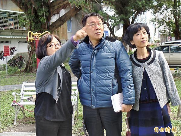 柯市長和妻陳佩琪(右)昨天趁著連假訪紀州庵),兩人牽手曬恩愛。(記者郭安家攝)