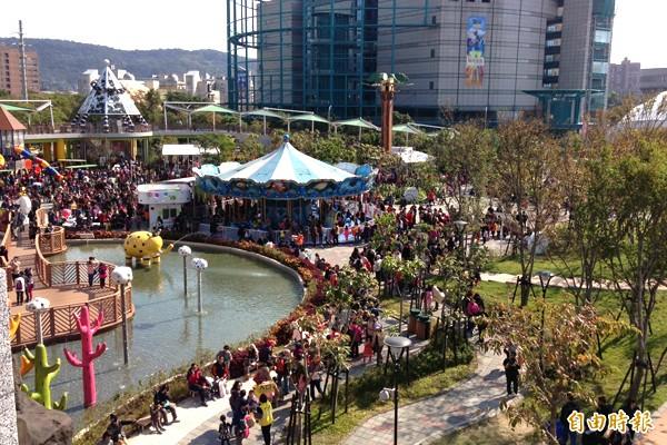 元旦連假第二天,台北兒童新樂園湧現人潮,處處被人群擠爆。(兒童新樂園提供)