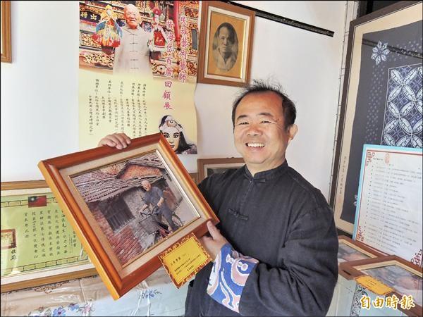 民俗台灣風物工作室主人廖俊龍是黃海岱的頭號粉絲,手持黃海岱騎腳踏車的照片,即為他所拍攝。(記者黃淑莉攝)
