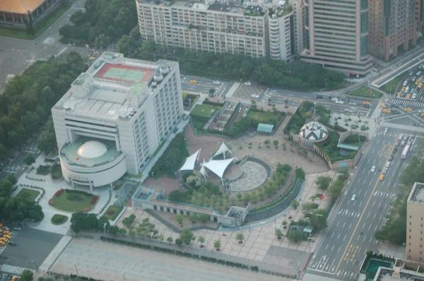 柯文哲的「田園城市」政策擬定開放民間團體,在市政大樓的外圍廣場和市議會旁廣場種植植物。圖為台北市議會建物。〔資料照,記者陳璟民攝〕