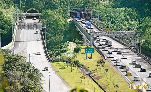 元旦連續假期第三天,天氣回暖,國道五號往宜蘭方向出現大批民眾出遊的車潮,造成回堵。(記者王敏為攝)
