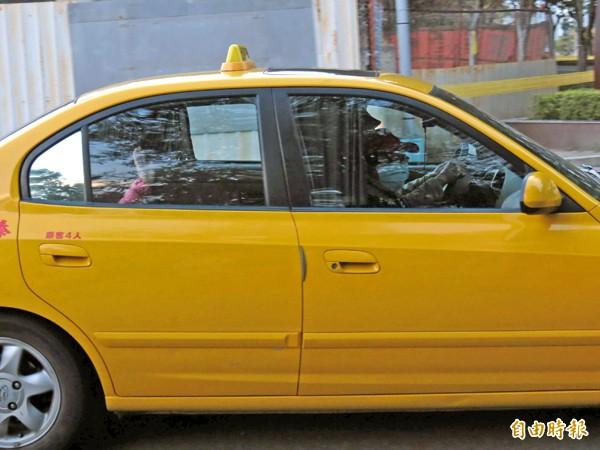 前總統陳水扁妻子吳淑珍昨天到台中監獄探望丈夫,她不願接受媒體採訪,只隔著車窗和支持者揮手打招呼。(記者林良哲攝)