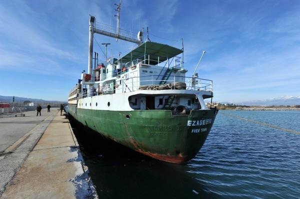 一艘名為艾薩丁號(Ezadeen)的貨輪在人口販子棄船後發出求救,目前已抵達義大利。(法新社)