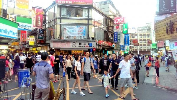 台北市交通局去年於公館商圈增設徒步區,車輛禁止進入,增加民眾逛街的安全性。(台北市交通局提供)