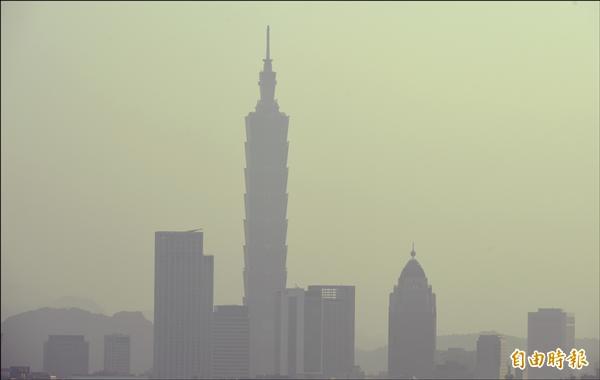 北市空氣品質不佳,光是中山測站PM10超過50微克/立方公尺就達245天。(記者張嘉明攝)