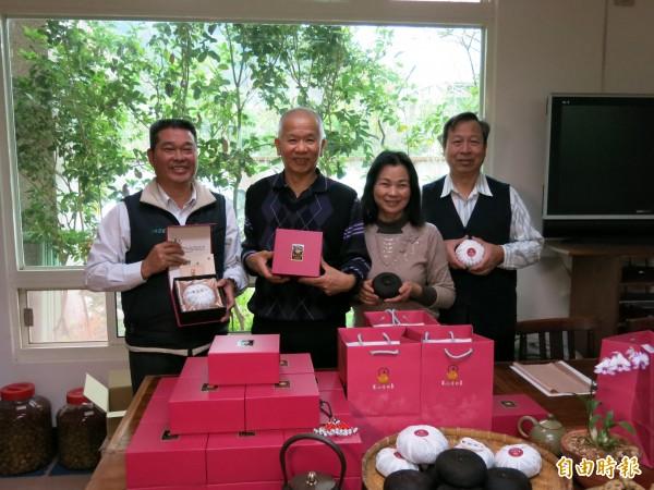 南庄鄉藝欣茶坊主人林鴻恩(左二)創新製作工法,賦予客家傳統酸柑茶新價值。(記者鄭鴻達攝)
