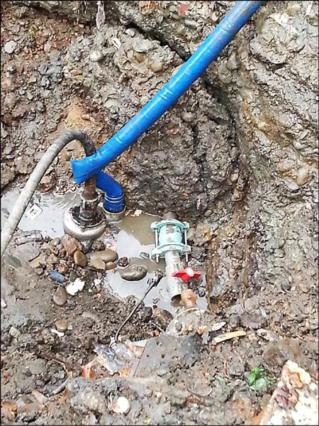 建設公司提供照片表示,堀仔頭出水處僅是水管破裂,不是天然湧泉。(鄉林建設公司提供)