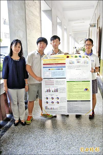 王伯喬(左二起)、郭俊佑及蔡侑澂透過研究,凸顯十二年國教問題。(記者黃文鍠攝)